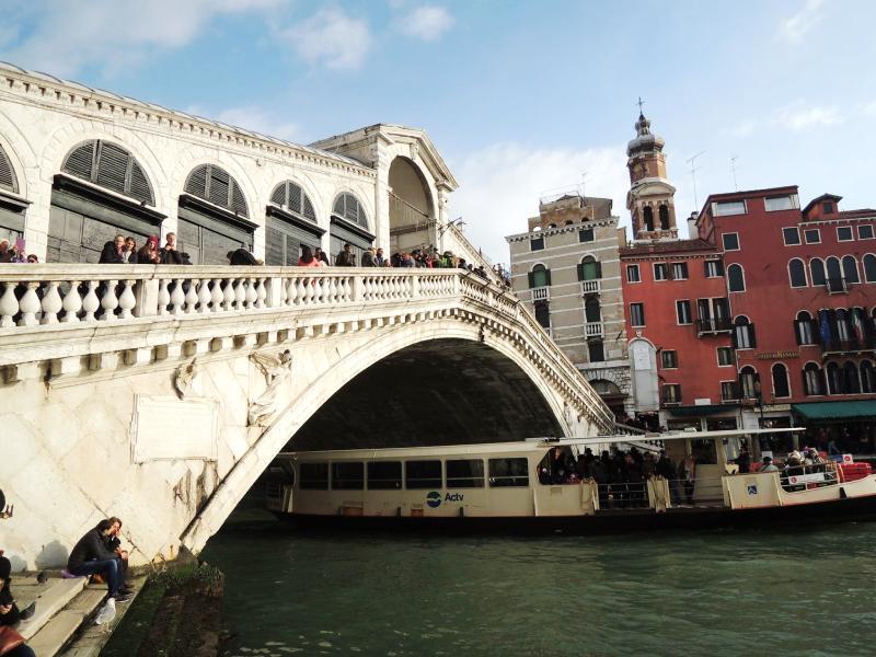 Most Rialto prvi je kameni most preko kanala Grandei omiljeno okupljalište turista zeljnih atraktivnih fotografija