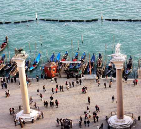 Dva stuba na ulazu na trg svetog Marka-postolje-su-za-dva-venecijanska-zaštitnika-svetog-Teodora-koji-stoji-na-krokodilu-i-naravno-nezaobilaznog svetog Marka